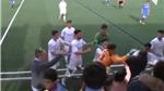 KINH HOÀNG hơn cả V-League: Đánh trên sân chưa đủ, cầu thủ lao ra đường biên đánh CĐV