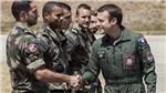 Tổng thống Pháp đúng chất phi công trẻ trên máy bay vận tải quân sự