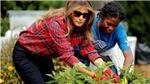 HÌNH ẢNH: Đệ nhất phu nhân Mỹ Melania Trump xắn tay làm vườn