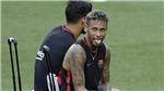 Neymar gặp 'sự cố' trên sân tập, tỉnh bơ trước thông tin sắp đến PSG