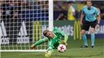 Thủ môn U21 Đức xem chỉ dẫn trong... tất trước khi chặn đứng cú đá 11m của Anh