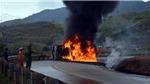 CHÙM ẢNH: Xe chở dầu bốc cháy dữ dội: phụ xe chết, lái xe bị thương