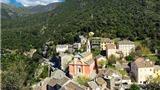 Ngôi làng cổ cheo leo trên núi