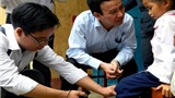 Trẻ con nghỉ học hàng loạt vì sợ lây bệnh da lạ