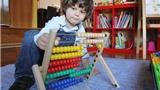 Gặp bé 2 tuổi thông minh ngang Einstein
