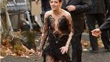 """""""Bạch Tuyết"""" Kristen Stewart mặc váy dạ hội đi giày bata"""