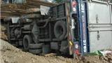 Xe tải lộn nhào trên 'con đường đau khổ'