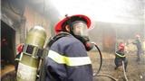 Lao vào khói độc, ôm bình gas khỏi đám cháy lớn
