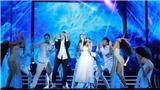 VIDEO: Đông Nhi chân không, nhảy sung hát live 'Xin anh đừng'
