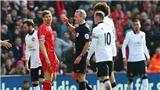 Cả fan Liverpool và M.U đều phản đối trọng tài bắt trận 'derby' ở Anfield