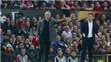Mourinho ôm con khóc sau khi Man United vào Chung kết Europa League