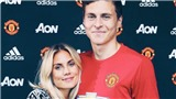 Victor Lindelof bẽn lẽn bên bạn gái trong ngày ra mắt Man United