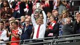 Chiếc cúp FA không đủ để níu chân Wenger?