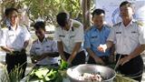 Ký sự đến với Tết Trường Sa: Cận cảnh lính đảo Trường Sa gói bánh chưng Tết bằng lá bàng vuông
