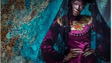 Mẫu Phi đẹp như tượng trong trang phục áo dài Việt cổ