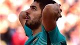Luis Suarez ranh mãnh 'vợt' bóng trước khi đánh đầu tung lưới Atletico