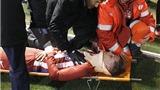 SỐC: Torres bất tỉnh sau chấn thương cổ kinh hoàng, suýt tự cắn lưỡi