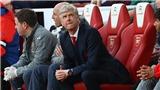 Fan vào tận sân tập để phản đối, Arsene Wenger vẫn tuyên bố không sợ