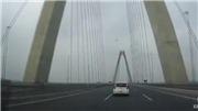 Hai lái xe chạy ngược chiều trên cầu Nhật Tân cố tình 'chây ì' trốn phạt