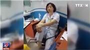 VIDEO: Hạ bậc thi đua bác sĩ gác chân lên ghế nói chuyện với người nhà bệnh nhân