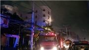 VIDEO: Cháy quán karaoke, hàng chục khách mắc kẹt được giải cứu, thoát chết trong gang tấc