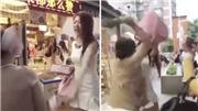 VIDEO: 'Đại chiến' bà già với hot girl không xếp hàng rồi mang tiền ra dọa