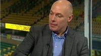 CĐV dùng cựu trọng tài Howard Webb để chế nhạo Man United