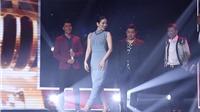 VIDEO: Lệ Quyên 'uốn éo' đi catwalk thu phục thí sinh cao 1m8