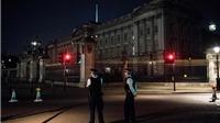 Tấn công cảnh sát bằng dao ngay bên ngoài Điện Buckingham, Anh