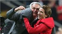 CHÙM ẢNH: Mourinho ăn mừng như đứa trẻ với con trai sau khi Man United vô địch Europa League