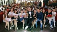Ca sĩ Du Thiên 'bấn loạn' bị fan trao nụ hôn bất ngờ trước hàng trăm người