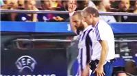 Higuain chĩa ngón tay thối vào fan Barca, đối mặt án phạt từ UEFA