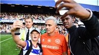 Jose Mourinho gây sốt khi ghi bàn, ăn thẻ và trổ tài bắt gôn trong trận đấu từ thiện