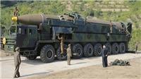 Ông Kim Jong-un hút thuốc lá ngay cạnh tên lửa liên lục địa