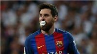 Hình ảnh Messi ngậm khăn cầm máu thi đấu trên sân gây sốt