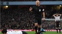 Quay chậm: Trọng tài Howard Webb đã sai khi không thổi penalty cho Liverpool