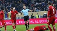 Lewandowski gục xuống sân vì lựu đạn khói trong trận Ba Lan hạ Romania