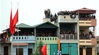 SỐC: Lạch Tray treo sân, nhà dân cho thuê ban công xem đá bóng