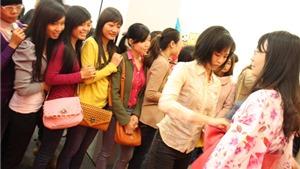 Thiếu nữ Việt xếp hàng dài thử Kimono