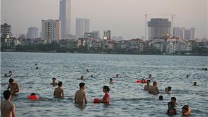 Hà Nội dịu nắng nhưng vẫn đông người ra sông hồ... tắm giải nhiệt