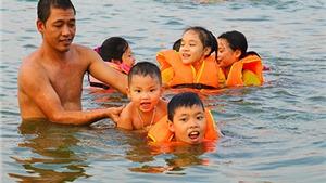 Hồ Linh Đàm trở thành... công viên nước, bất chấp nguy hiểm