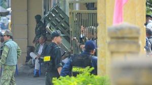 Chùm ảnh: Nhiều CĐV quá khích, cổng chính VFF bị xô đổ