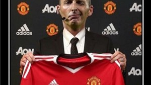 Trọng tài Mike Dean được cho là đã... kí hợp đồng với Man United