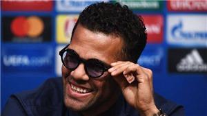Màn chào hỏi của Dani Alves trên băng ghế huấn luyện Barca gây sốt