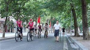 Người Hà Nội sống chậm bằng cách... đạp xe
