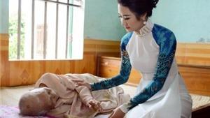 Hoa hậu Thu Ngân tặng quà Mẹ Việt Nam Anh hùng ở Hải Phòng