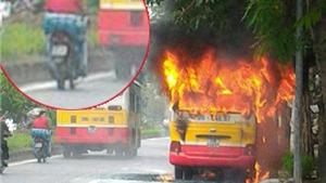 Xe buýt đang chạy bốc cháy dữ dội trên đường Lạc Long Quân, Hà Nội