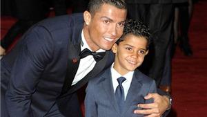 VIDEO: Ronaldo đóng vai ball boy trong trận đấu của con trai