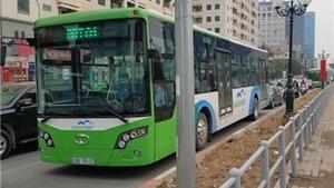 Xe buýt nhanh BRT chật vật di chuyển dù trong ngày nghỉ
