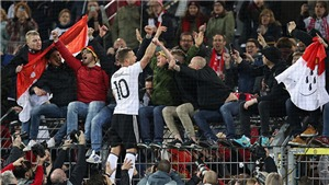 SỐC: CĐV tuyển Anh trần truồng nhảy múa ở trận gặp Đức